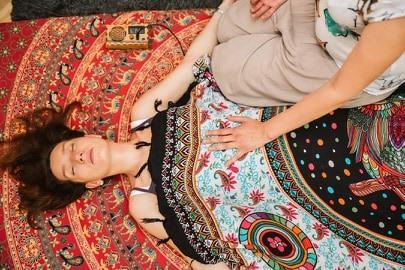 Une femme allongée sur le dos recevant un massage Biodynamique